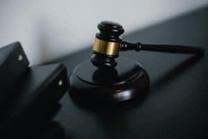 פטיש בית משפט בצבע חום ליד קלסרים