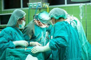 4 רופאים במהלך ניתוח קיסרי