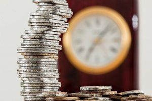מגדל מטבעות ומאחוריו שעון