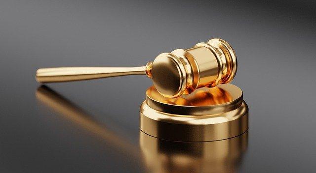 פטיש בית משפט בצבע זהב