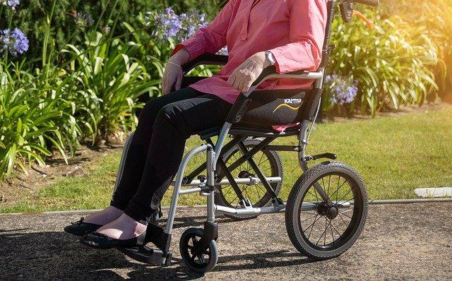 אישה יושבת על גסא גלגלים